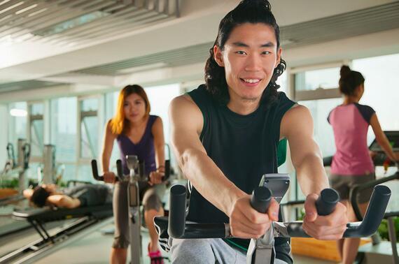 如何使用健身房器械进行腿部锻炼?