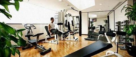 女士健身减肥需要正确使用健身房器械