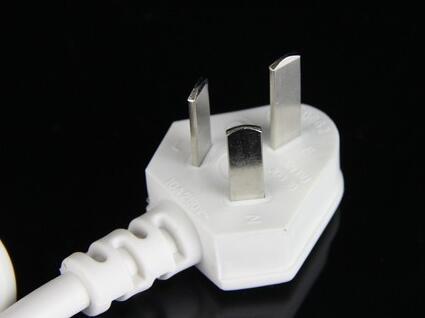 本产品配置的电源线带有接地线