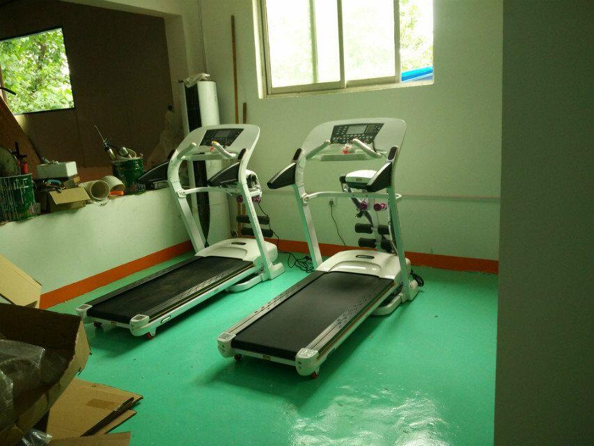 跑步机训练区